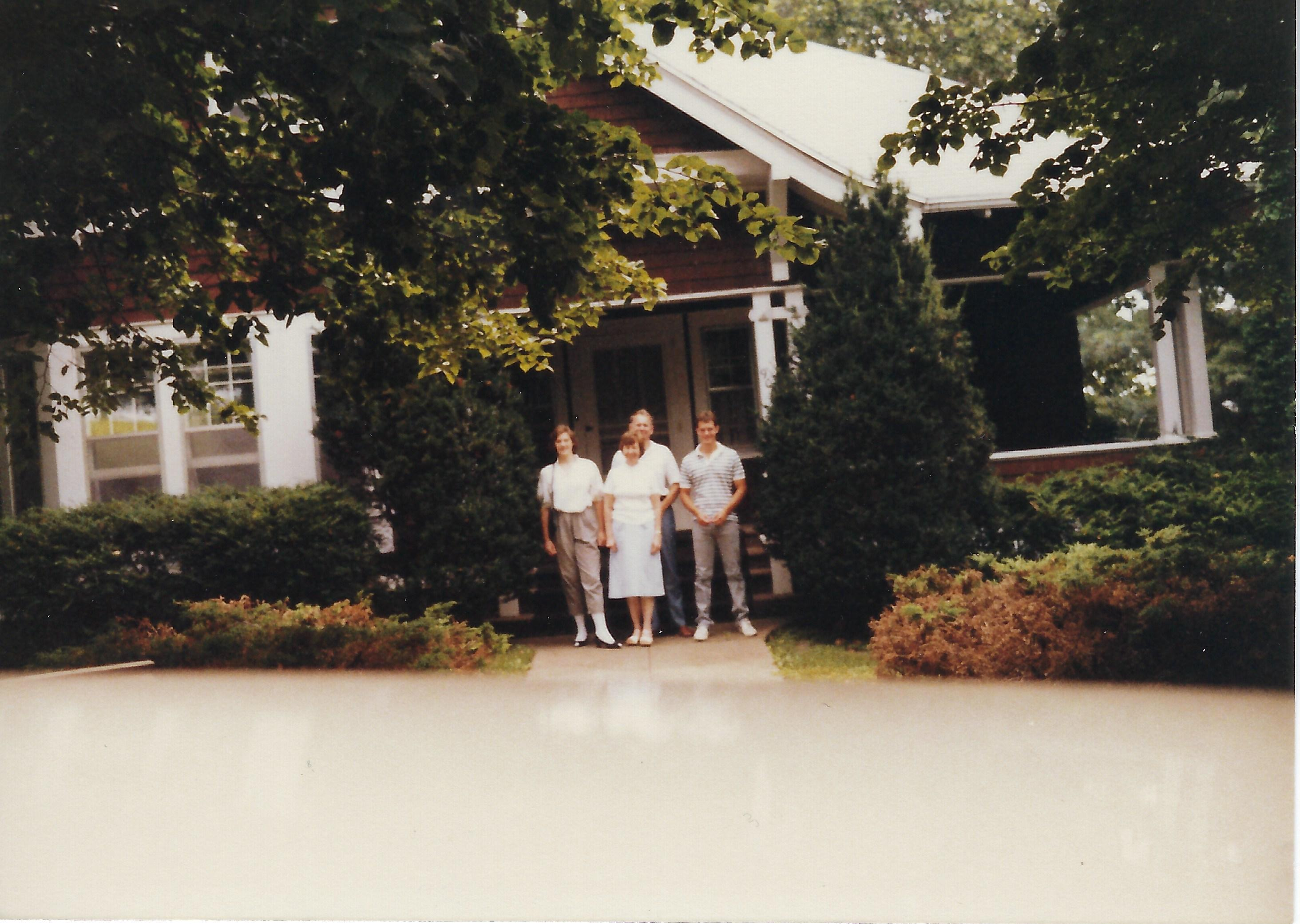 Photo of the Sutherland family at 906 Summit